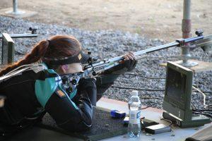 Nainen ampumassa pienoiskiväärillä