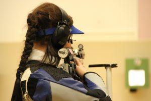 Nainen ampumassa ilmakiväärillä